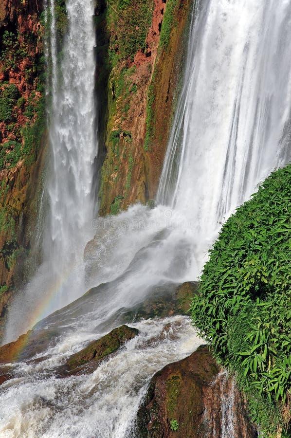 Del av vattenfallet för kaskad D Ouzoud med regnbågen UNESCO morocco fotografering för bildbyråer