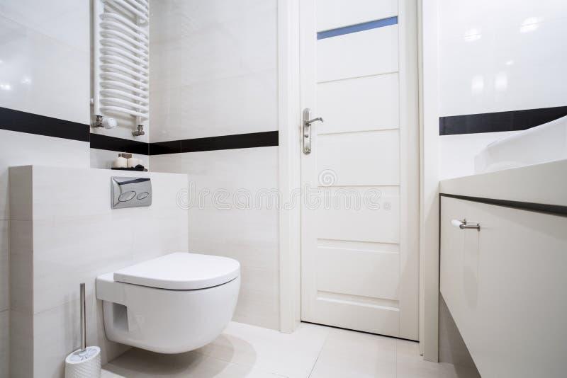 Del bagno parte posteriore e bianco moderni dentro immagini stock libere da diritti