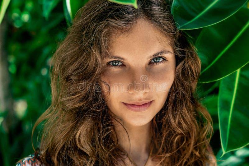 Del boho del estilo de la mujer retrato joven hermoso al aire libre en leav verde fotos de archivo libres de regalías