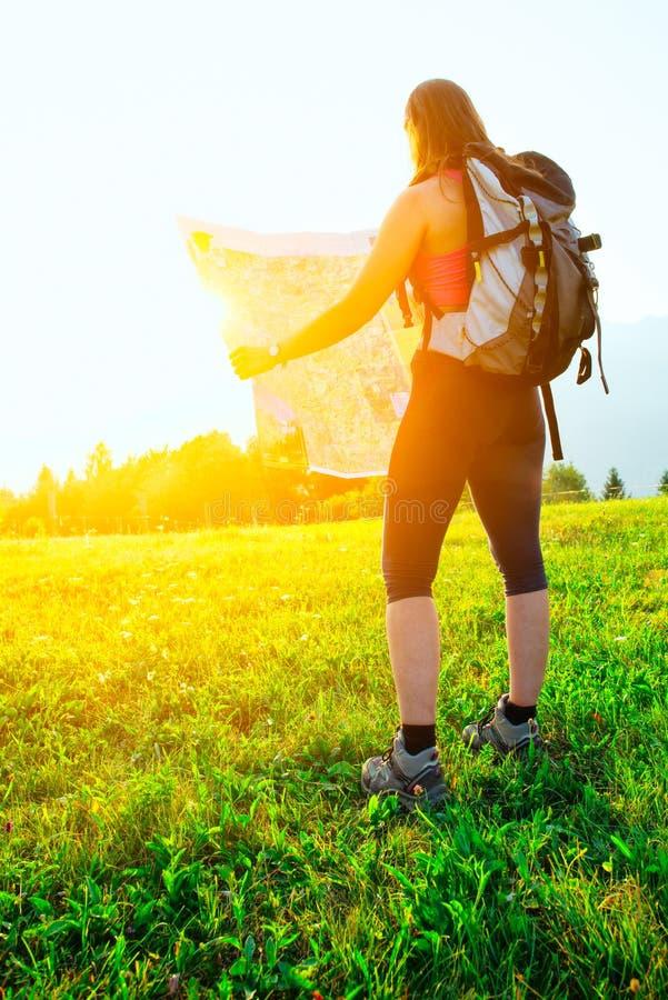 Del caminante de la muchacha mapa de las miradas solamente imagenes de archivo