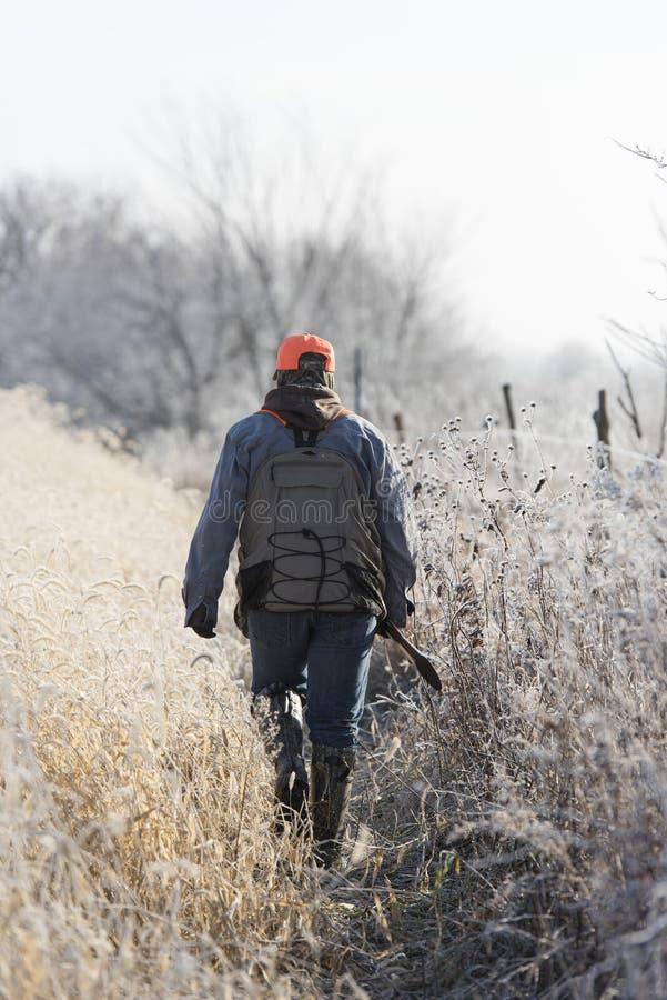 Del cazador una caza joven del pájaro hacia fuera imagenes de archivo