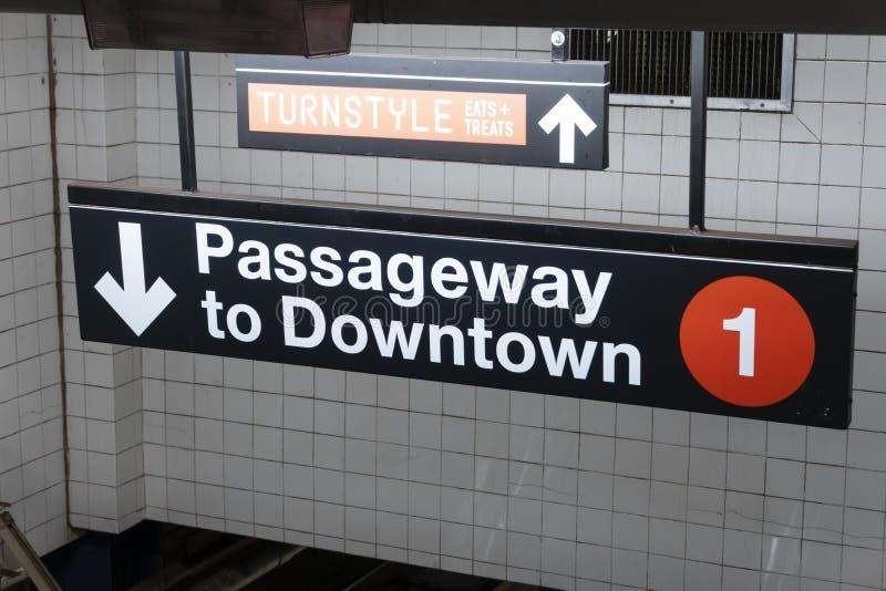 Del centro firmi dentro una stazione della metropolitana in New York fotografia stock