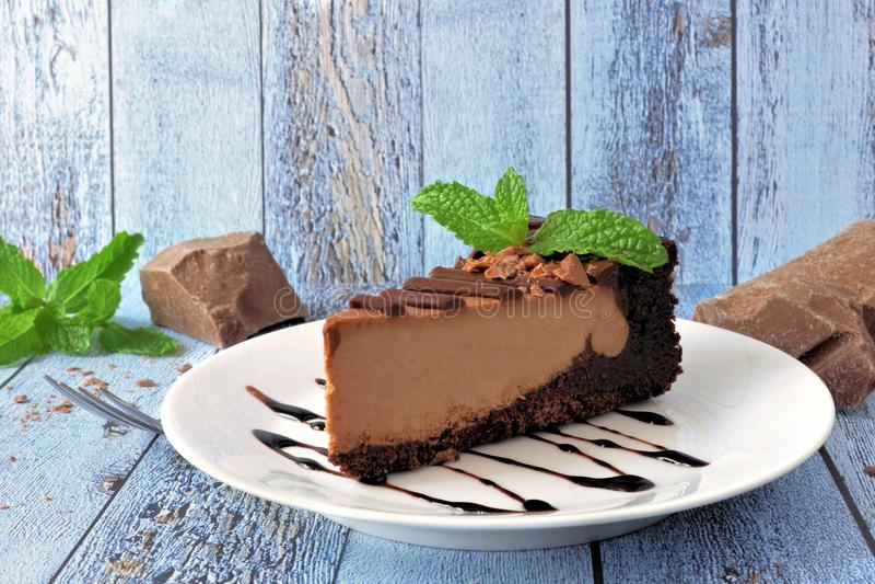 Del chocolate todavía del pastel de queso vida con el fondo de madera azul rústico imágenes de archivo libres de regalías