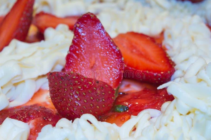 Del cierre pastel de queso fresco de la fresa para arriba - Torta hecha en casa hecha de la crema con las fresas fotografía de archivo
