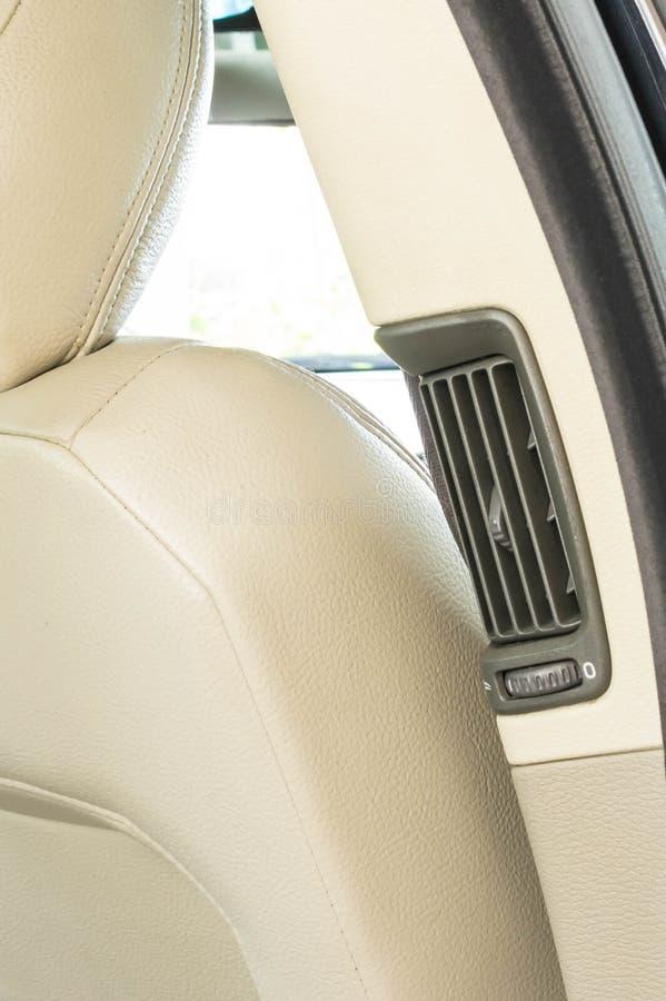 del coche 2000's los asientos negros de lujo detrás ventilan ventilations foto de archivo