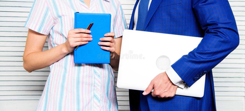 Del computer portatile blocco note invece con la penna Antiquato contro moderno Aggeggio moderno di tecnologia a disposizione del fotografia stock libera da diritti