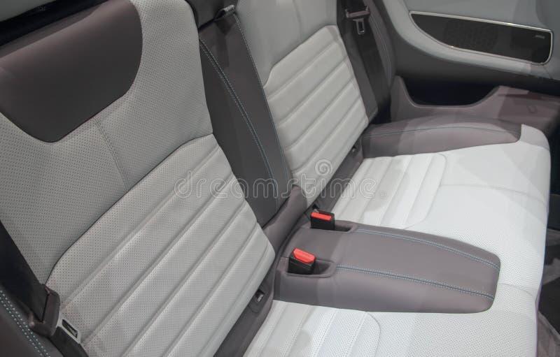 Del cuero los asientos detrás de un coche de SUV fotografía de archivo libre de regalías