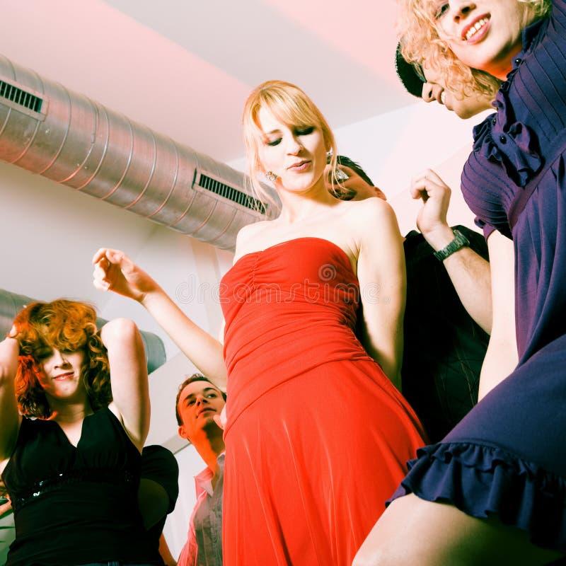 Del dancing della gente in un randello della discoteca fotografia stock libera da diritti