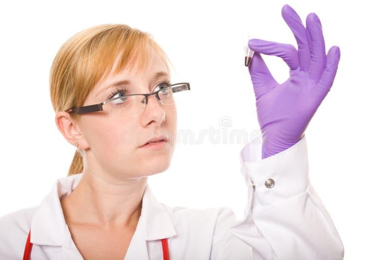 Del doctor de las verificaciones muestra femenina cuidadosamente de sangre imágenes de archivo libres de regalías