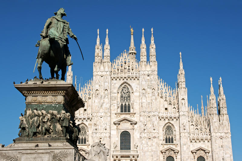 del duomo milan piazza royaltyfria bilder