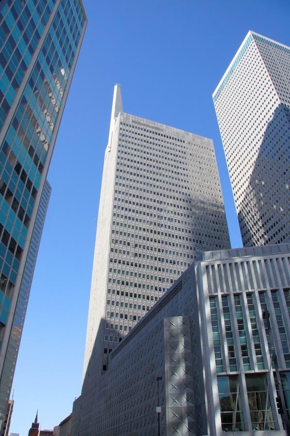 Del edificio centro de la ciudad moderno adentro de Dallas, Tejas fotografía de archivo
