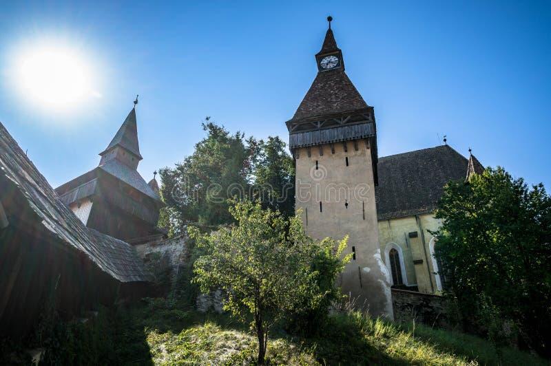 Del este - iglesia fortificada medieval europea con el sol y el cielo azul imágenes de archivo libres de regalías