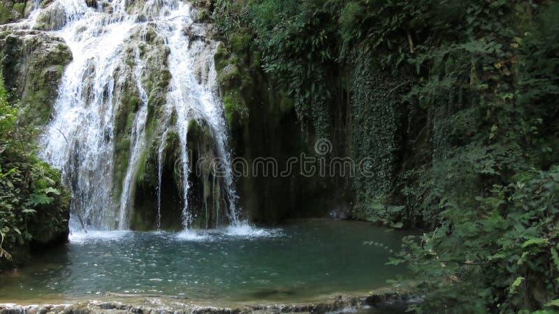 Del från den vattenfallkaskadKrushuna Bulgarien i sommar royaltyfria foton