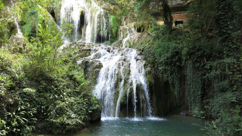 Del från den vattenfallkaskadKrushuna Bulgarien i sommar arkivbild