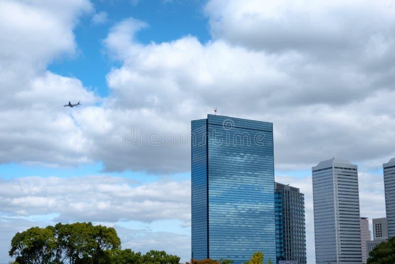 Del grattacielo di riflessione della nuvola volo della città e dell'aeroplano dentro sulla b fotografie stock libere da diritti
