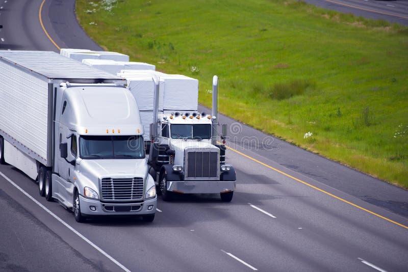 Del guardiamarina classico moderno di due rimorchi dei camion il letto piano multilined ciao fotografia stock libera da diritti