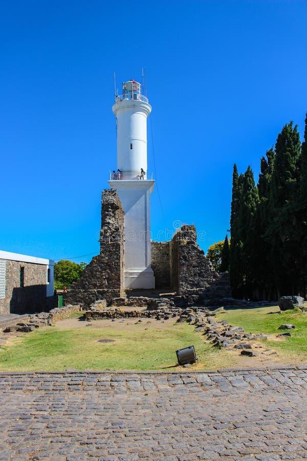Del histórico Sacramento de Colonia do farol e das ruínas em Uruguai imagem de stock
