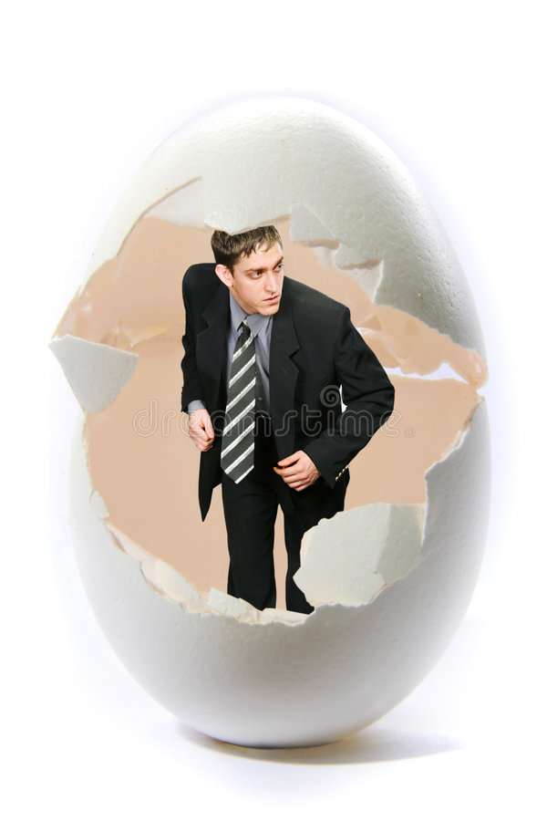 Del hombre de negocios de la mirada huevo grande hacia fuera