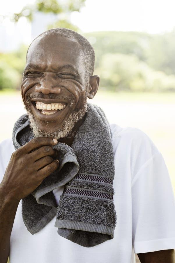 Del hombre mayor del ejercicio del parque concepto africano al aire libre fotos de archivo libres de regalías