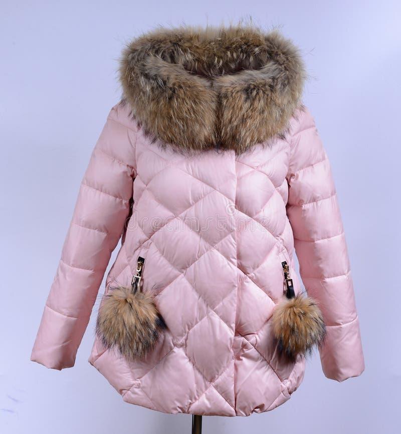 Del invierno chaqueta abajo aislada en fondo gris Del rosa chaqueta abajo en maniquí sin la cara paño fotografía de archivo libre de regalías