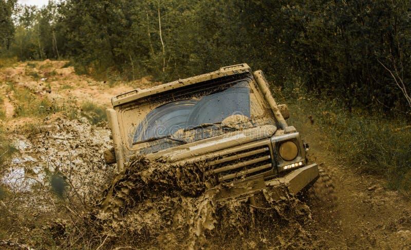 Del jeep aventuras al aire libre Aventura del camino Viaje de la aventura Neumáticos con objeto de la raza Concepto del viaje con imagen de archivo