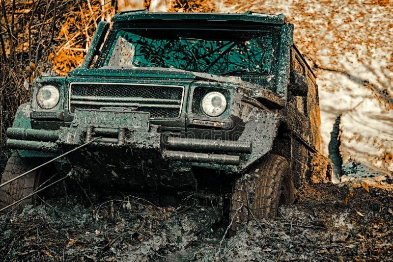Del jeep aventuras al aire libre El coche de competici?n de la fricci?n quema el caucho extremo Neum?ticos con objeto de la raza  foto de archivo libre de regalías