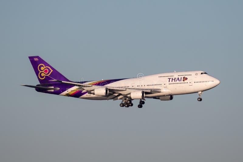 ` Del Jumbo del ` 747-400 de Thai Airways Boeing 747 en acercamiento a la tierra en Sydney Airport fotografía de archivo libre de regalías