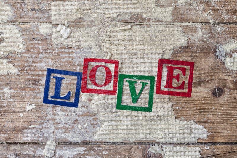""" del """"LOVE†de la palabra en viejo fondo de madera fotos de archivo libres de regalías"""