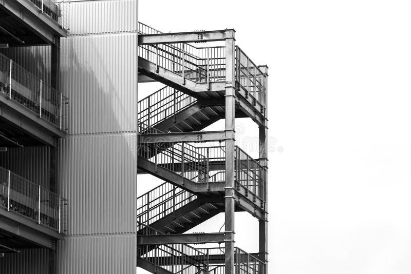 Del metallo dell'uscita di sicurezza delle scale della costruzione lato esterno vuoto fuori di costruzione moderna con lo spazio  immagine stock