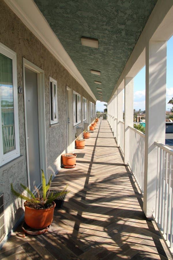 Del motel veranda lunga all'aperto con la prospettiva di sparizione del punto fotografia stock