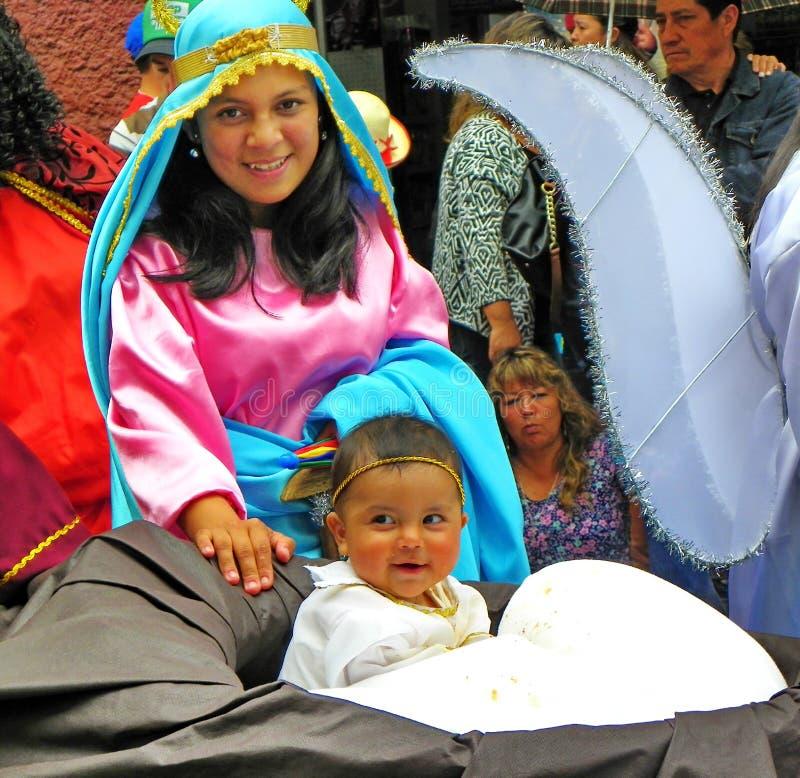 Del Nino Viajero de Paseo da parada, Cuenco, Equador Mulher vestida como Mary com um menino como Jesus imagem de stock