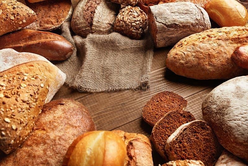 Del pan todavía de la variedad vida Comida de la panadería en la tabla de madera imagenes de archivo