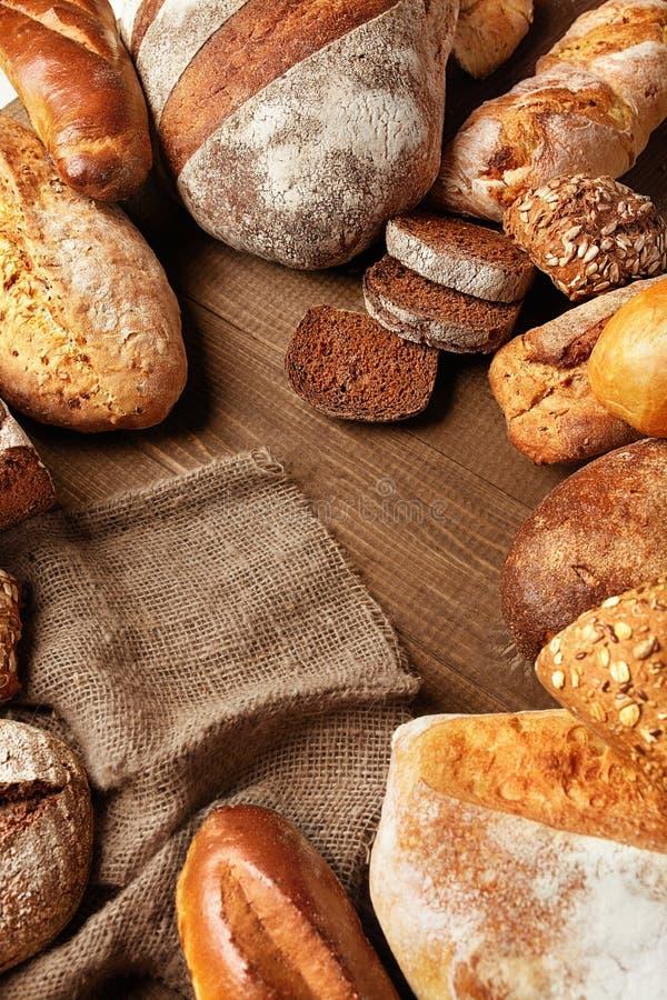 Del pan todavía de la variedad vida Comida de la panadería en la tabla de madera imagen de archivo libre de regalías