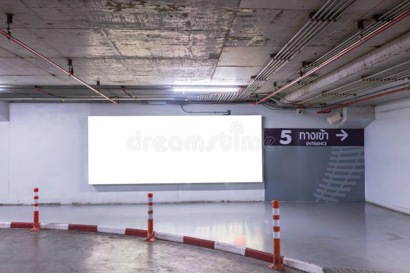 Del parking interior subterráneo con la cartelera en blanco imagen de archivo