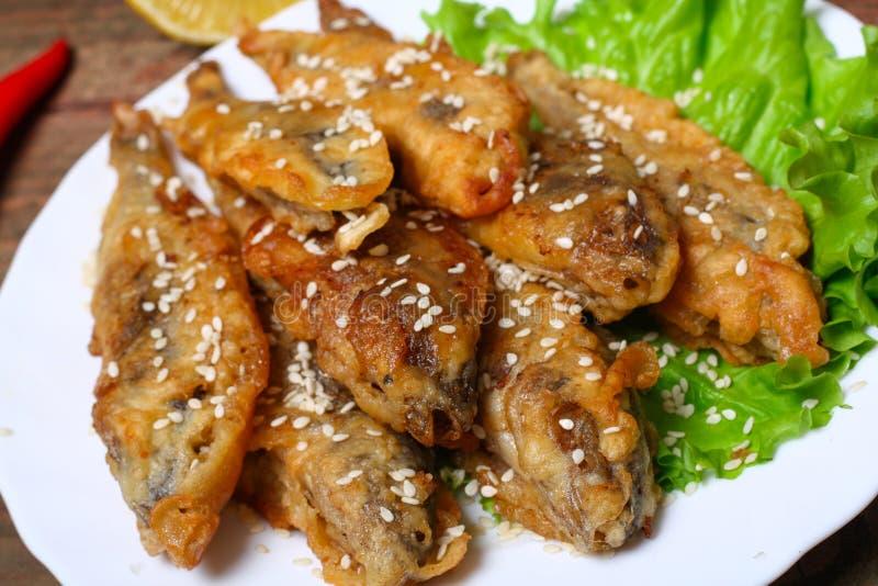 Del primo piano di un piatto con le acciughe avariato e fritta spagnole di fritos dei boquerones, tipiche in Spagna, su una tavol fotografia stock libera da diritti