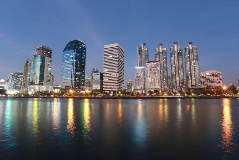 Del rascacielos de la ciudad centro de la ciudad adentro del parque de Benjakitti en Bangkok Thaila fotografía de archivo libre de regalías