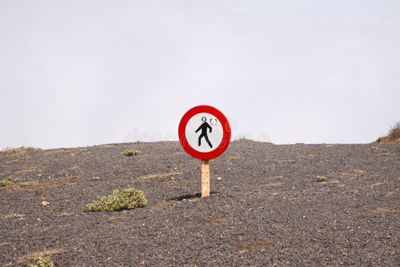Del Rio - Lanzarote di Mirador: Il segno rotondo isolato non cammina qui sopra le nuvole su terra pietrosa asciutta sul lato ripi fotografie stock libere da diritti