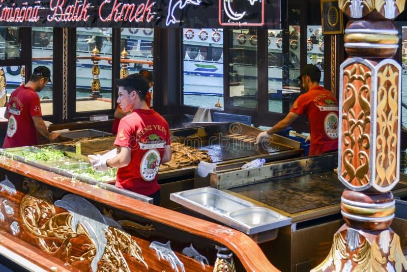 """ del sandwich†de los """"fish del significado del ekmek de Balik una calle turca popular imágenes de archivo libres de regalías"""