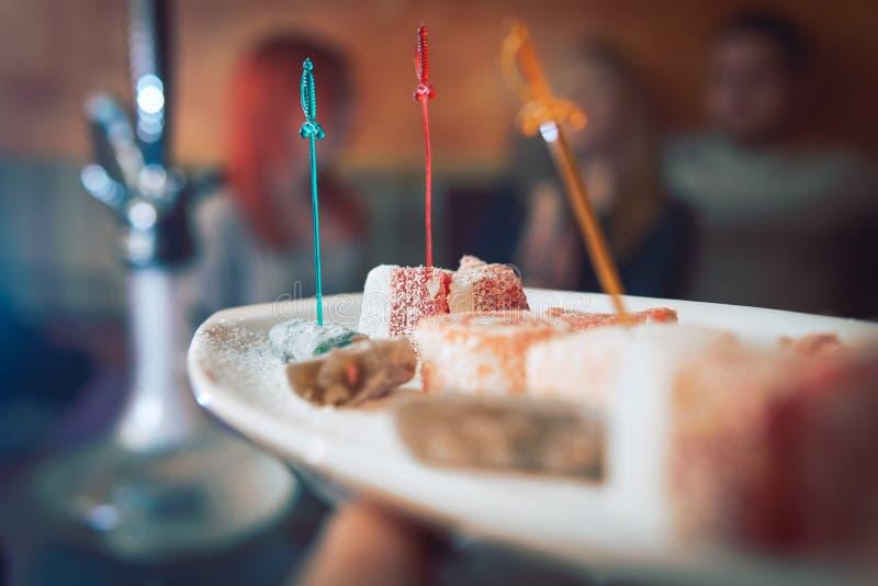 Del turco, doces orientais em uma placa em um restaurante, interior árabe cerimônia de chá oriental Foco seletivo, barra do ca fotos de stock