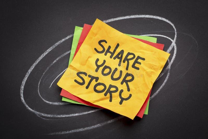 Dela din berättelse på klibbig anmärkning royaltyfri foto
