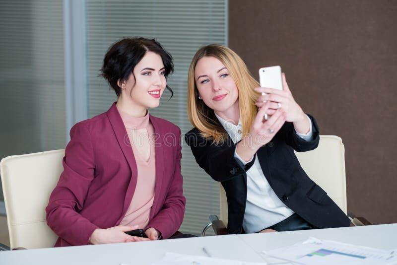 Dela för framgång för kontor för kvinnor för Selfie arbetsaffär arkivfoton