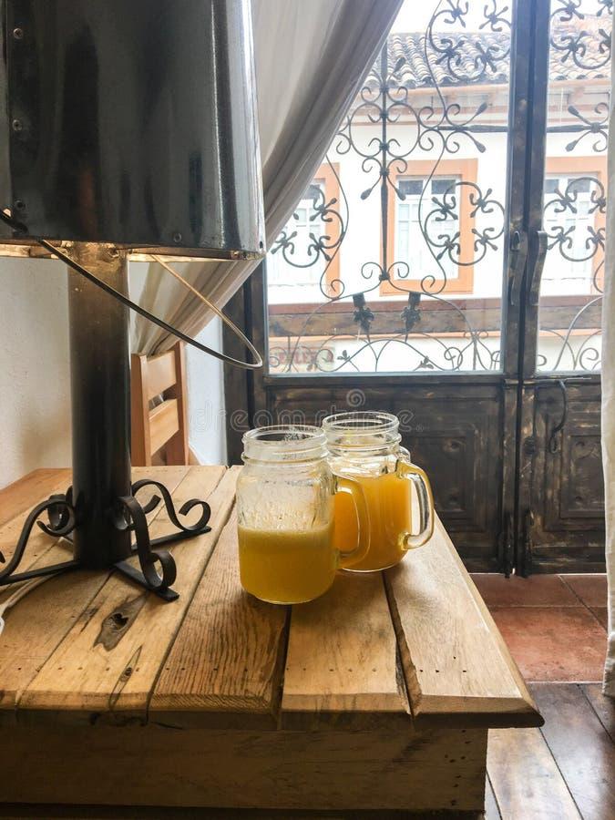 Dela frukosten i charmig säng & frukosten i Cuenca Ecuador royaltyfri foto