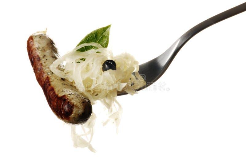 Dela sig med sauerkrauten och Wuerstchen arkivbild