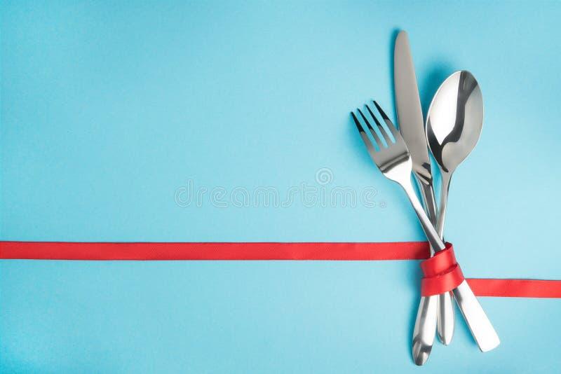 Dela sig, skeda och baktala bundet med ett rött band på blå bakgrund royaltyfria foton