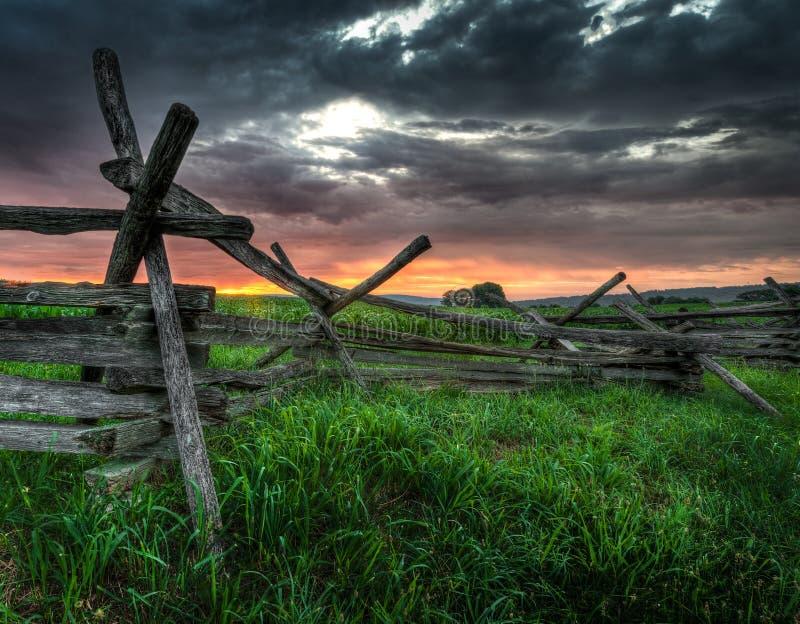 Dela-stång staket och soluppgång arkivbilder