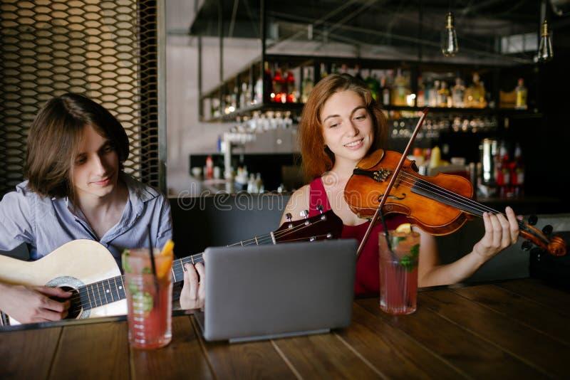 Dela utbildning för erfarenhetsmusiklek arkivbild