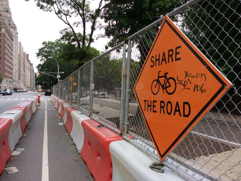 Dela vägen som cyklar i New York City, konstruktion i cykelgränd, fortsätt med försiktighet, NYC, USA arkivfoto