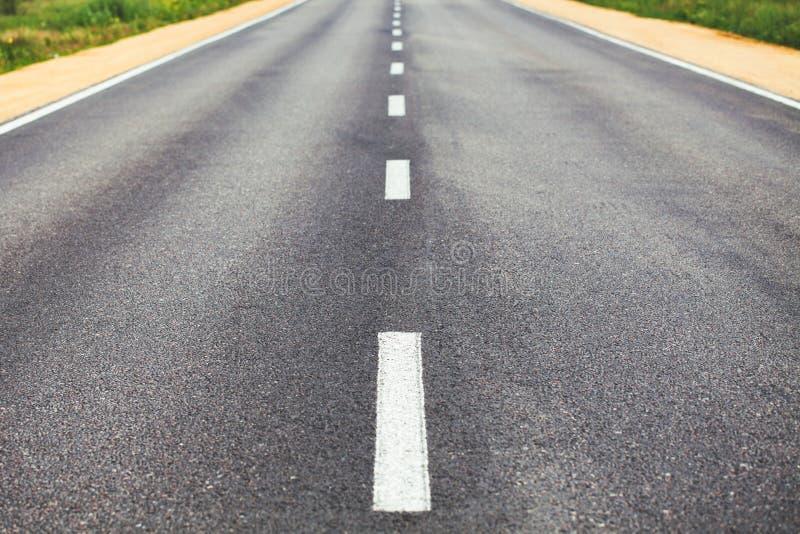 Delande linje på vägen arkivbild