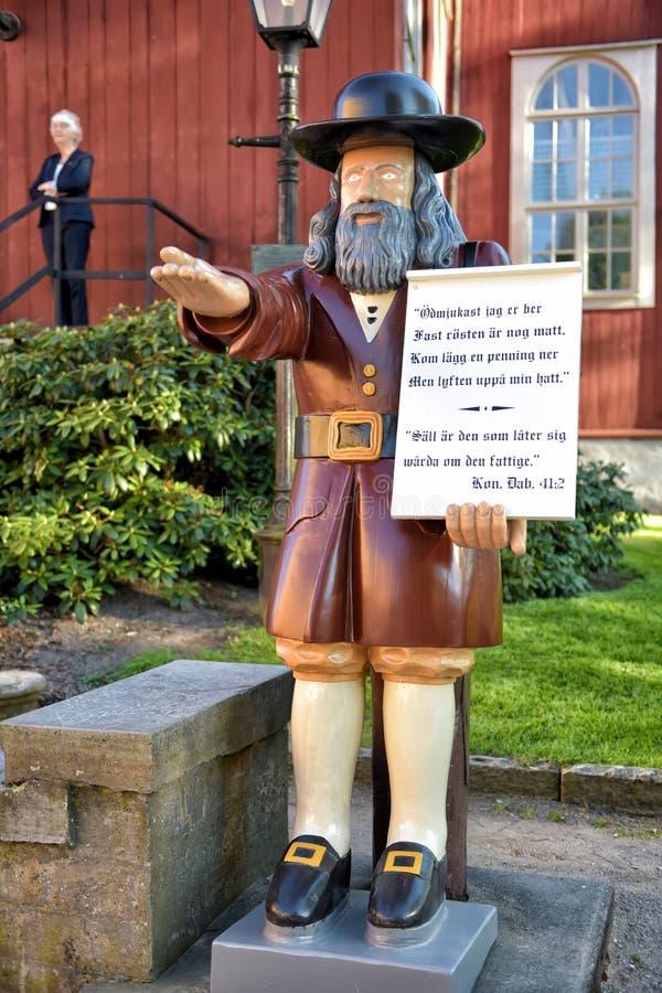 Delante de la iglesia de Karlskrona el Ministerio de marina la figura de madera Ro imágenes de archivo libres de regalías