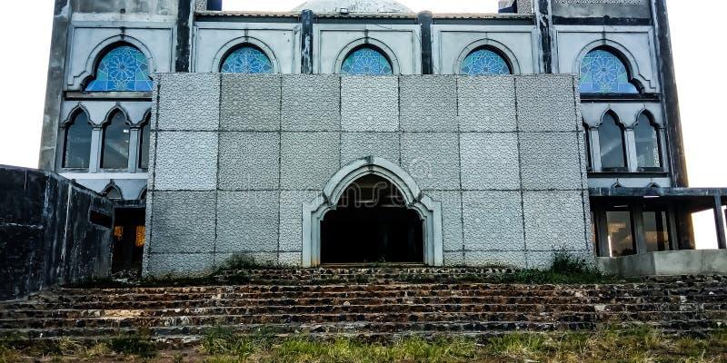 Delante de una mezquita inacabada imagenes de archivo